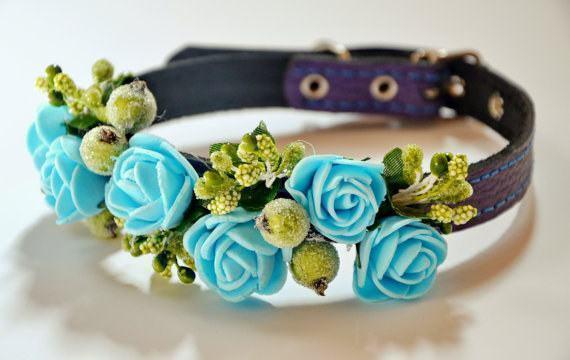 Coleira artesanal com flores para cadela