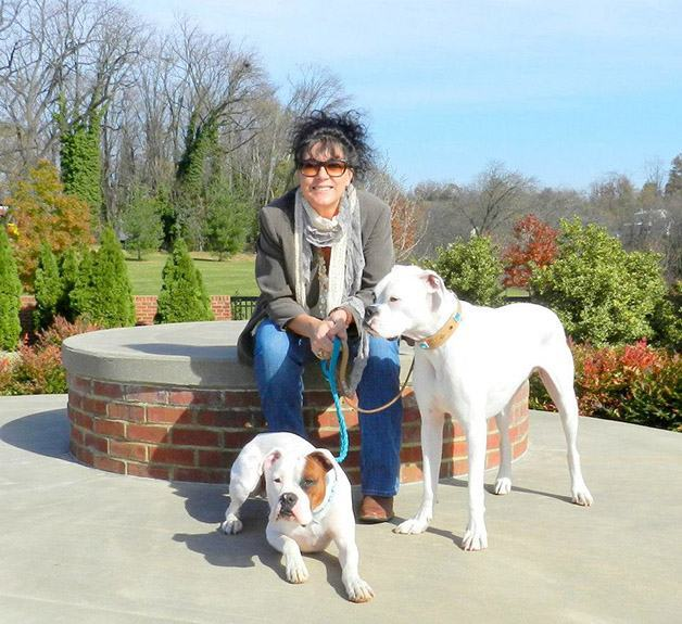 Mulher cria projeto para salvar cães surdos