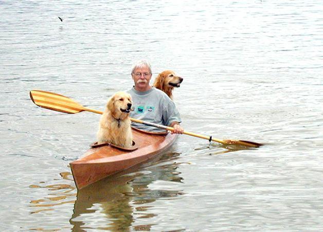 Homem personaliza caiaque para passear com suas cadelas
