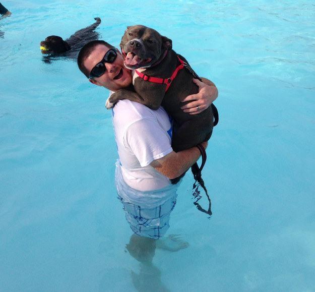 dono-abraçando-cachorro-dentro-de-piscina