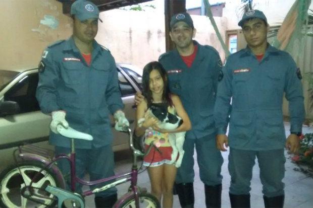 bombeiros-salvaram-filhote-preso-em-roda-de-bicicleta